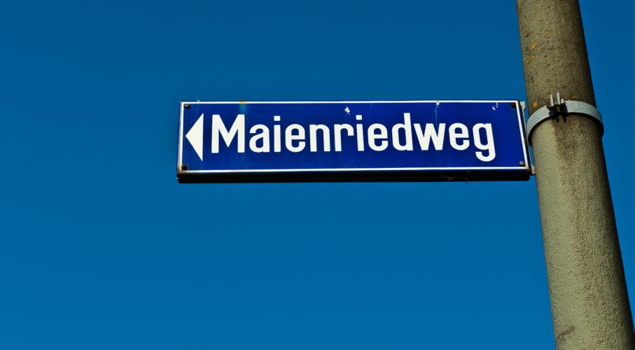 Strassenschild mit dem Namen Maienriedweg